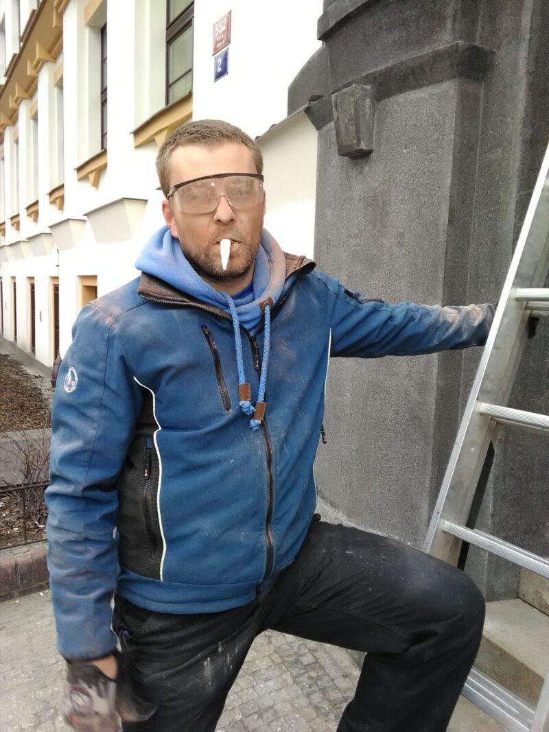 montaz_nerezoveho_napisu_Sprava_zeleznic_budovy_Spravy_zeleznic_a_dopravnich_cest_Praha_Karlin