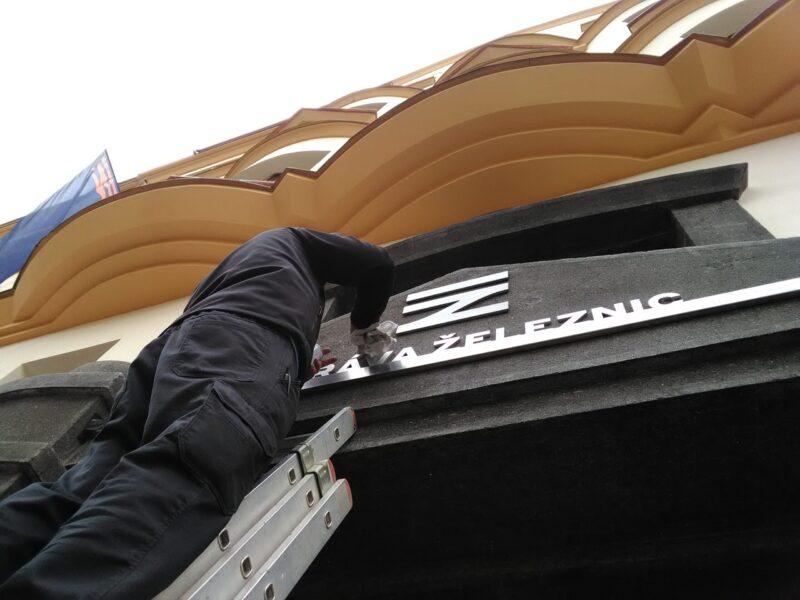 montaz_nerezoveho_napisu_Sprava_zeleznic_budovy_Spravy_zeleznic_a_dopravnich_cest_Praha_Karlin_2
