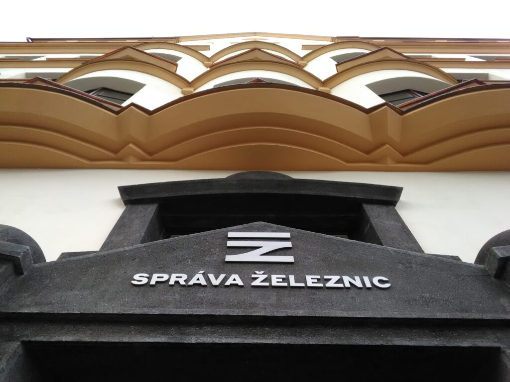montaz_nerezoveho_napisu_Sprava_zeleznic_budovy_Spravy_zeleznic_a_dopravnich_cest_Praha_Karlin_3