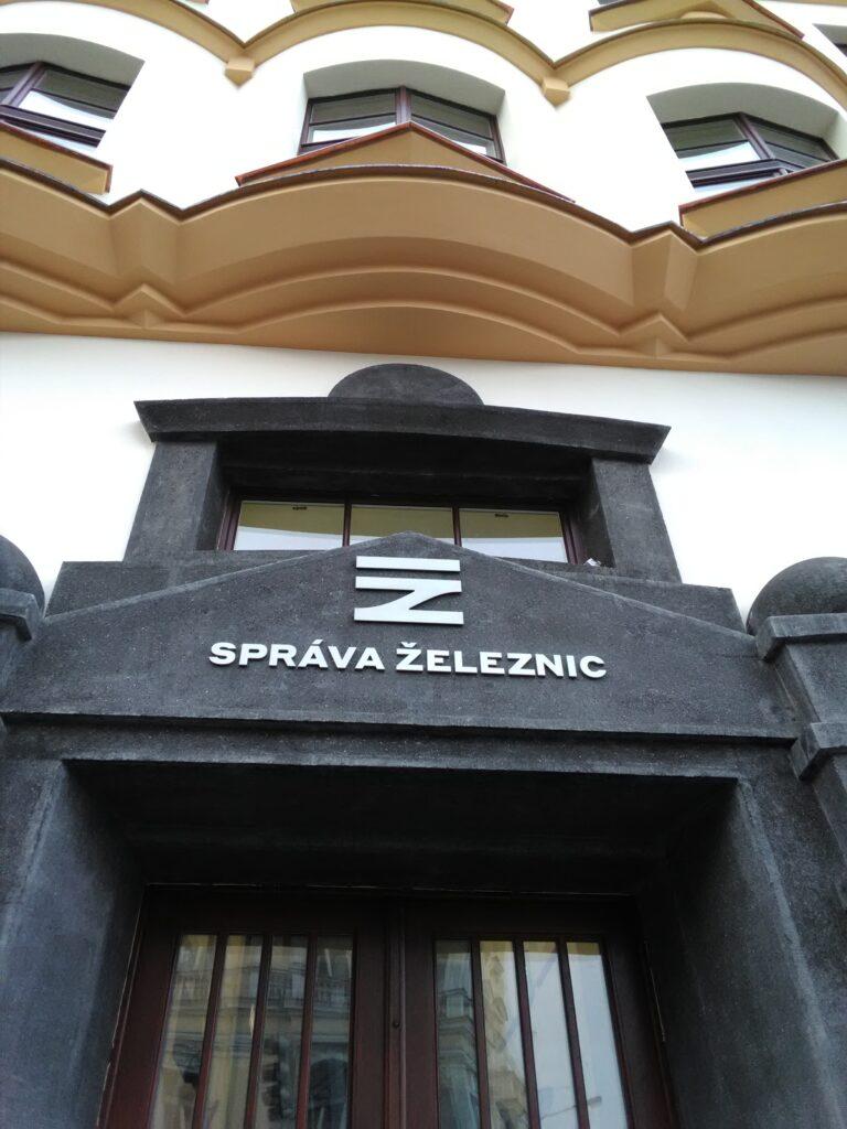 montaz_nerezoveho_napisu_Sprava_zeleznic_budovy_Spravy_zeleznic_a_dopravnich_cest_Praha_Karlin_4