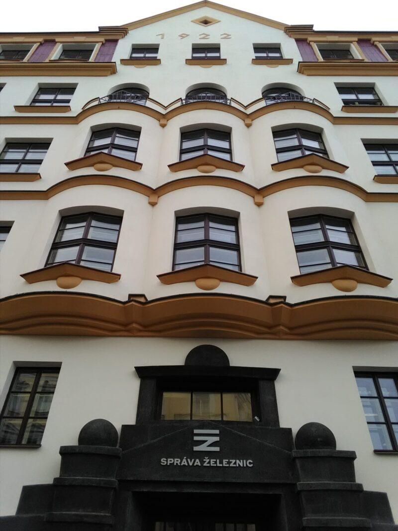 montaz_nerezoveho_napisu_Sprava_zeleznic_budovy_Spravy_zeleznic_a_dopravnich_cest_Praha_Karlin_7