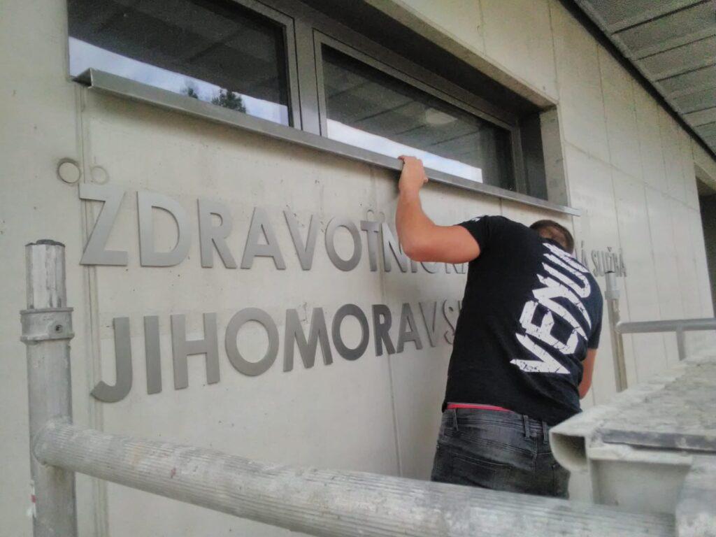 montaz_nerezoveho_napisu_ZZS_JMK_Hustopece_8